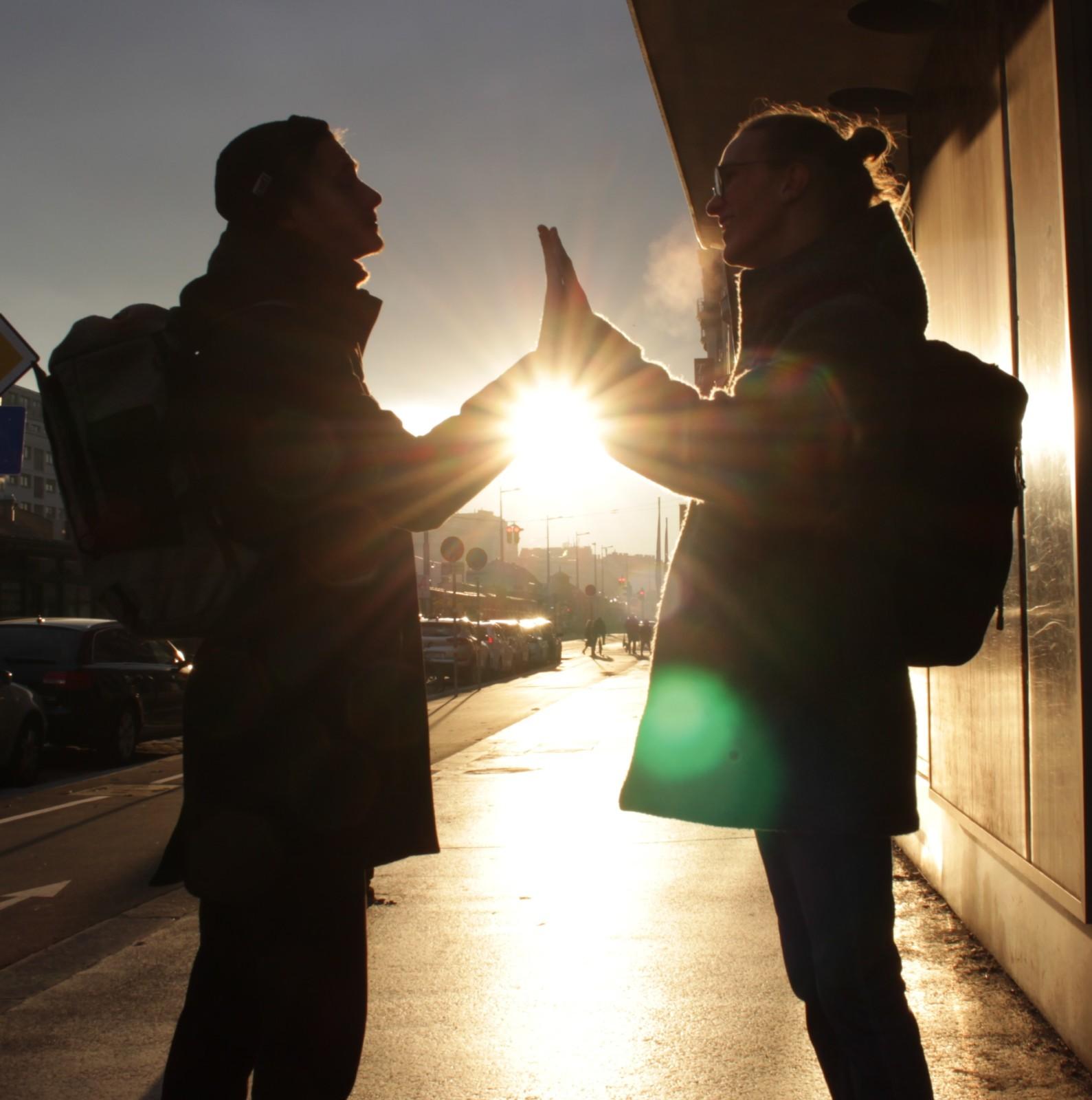 Sonnenuntergang mit den zwei Protagonisten im Vordergrund in Spiegelbildposition
